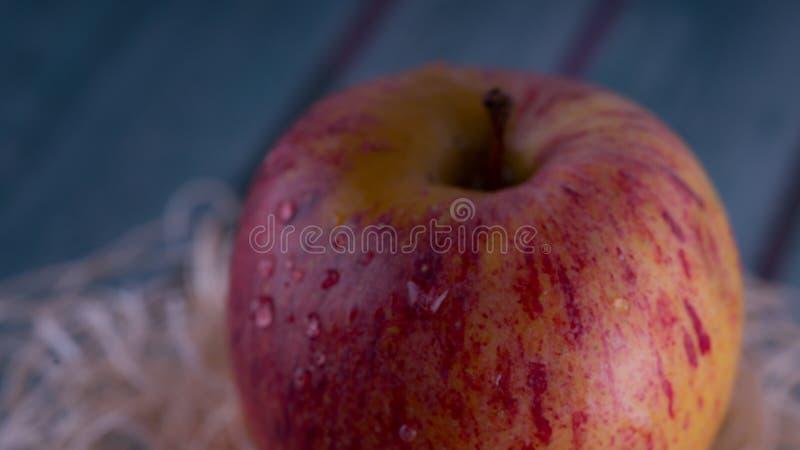 Czerwony jabłko na drewnianym stole obraz royalty free