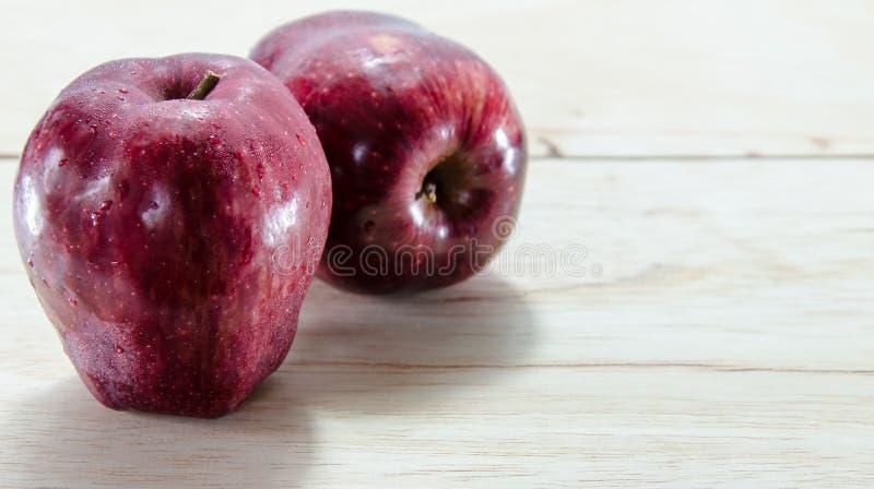 Czerwony jabłko na drewnianym tle fotografia stock