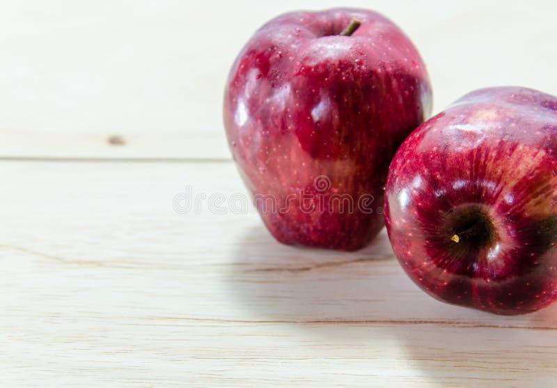 Czerwony jabłko na drewnianym tle zdjęcie stock