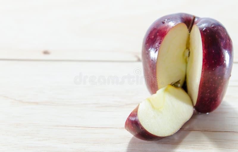Czerwony jabłko na drewnianym tle obraz royalty free