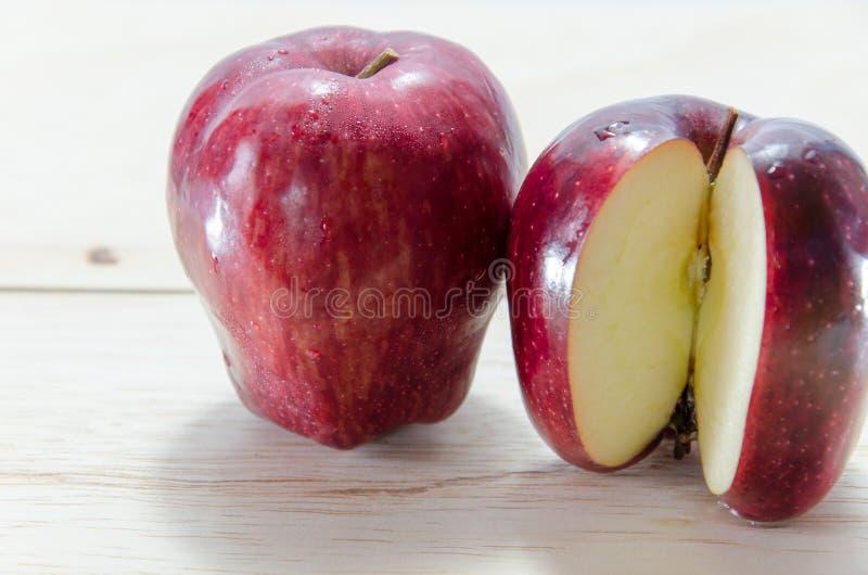 Czerwony jabłko na drewnianym tle obrazy stock