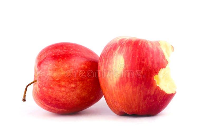 Czerwony jabłko z brakować kąsek na białego tła zdrowym jabłczanym owocowym jedzeniu odizolowywającym fotografia royalty free