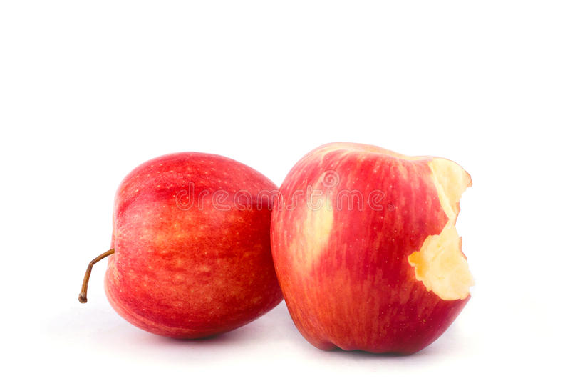 Czerwony jabłko z brakować kąsek na białego tła zdrowym jabłczanym owocowym jedzeniu odizolowywającym obrazy royalty free