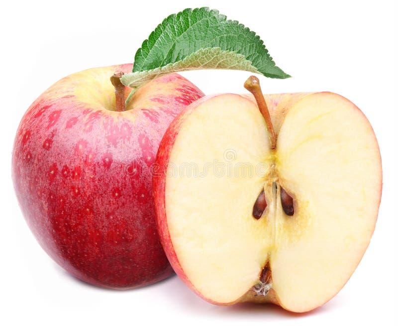 Czerwony jabłko z liściem i plasterkiem. zdjęcia stock