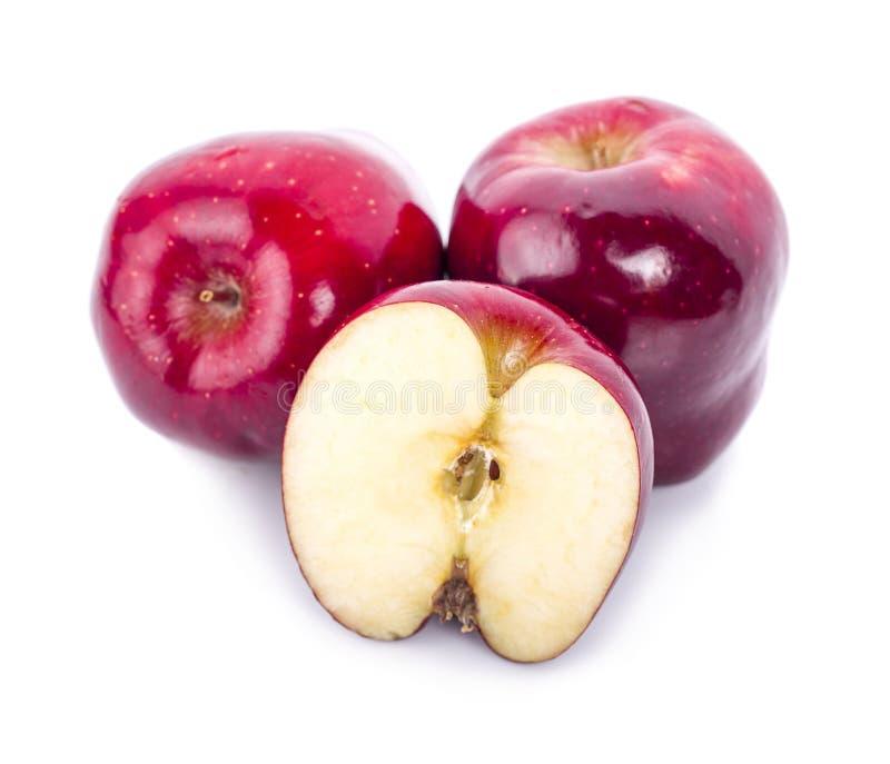 Czerwony jabłko z liściem i jabłko pokrajać odosobnionego na białym backgro obraz royalty free
