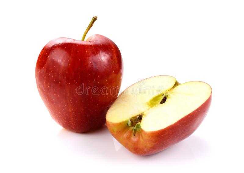Czerwony jabłko z plasterkiem odizolowywającym na bielu obraz stock