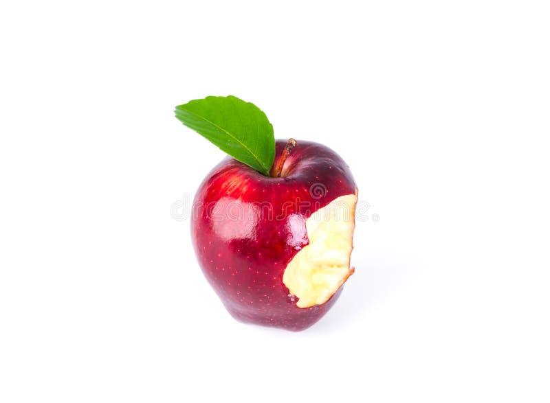 Czerwony jabłko z zielonym liściem i chybianiem kąsek fotografia stock