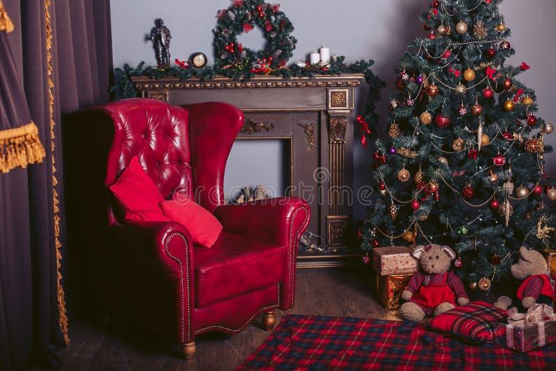 Czerwony karło w nowożytnym stylu w nowego roku ` s wnętrzu z choinką, grabą i prezentów pudełkami, obrazy royalty free