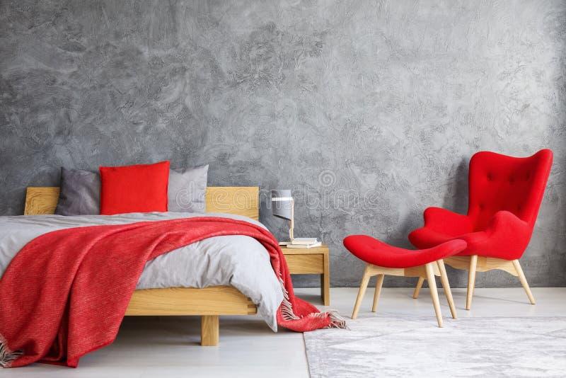 Czerwony karło w sypialni fotografia stock