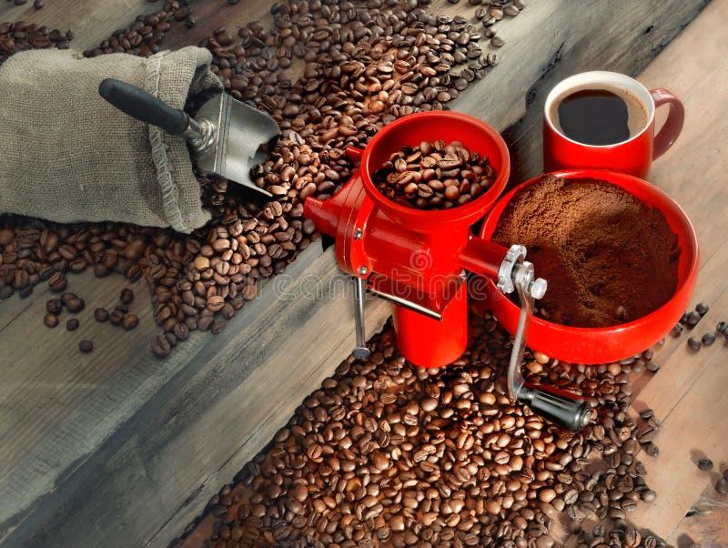 Czerwony kawowy młyn i kawowe fasole zdjęcie stock