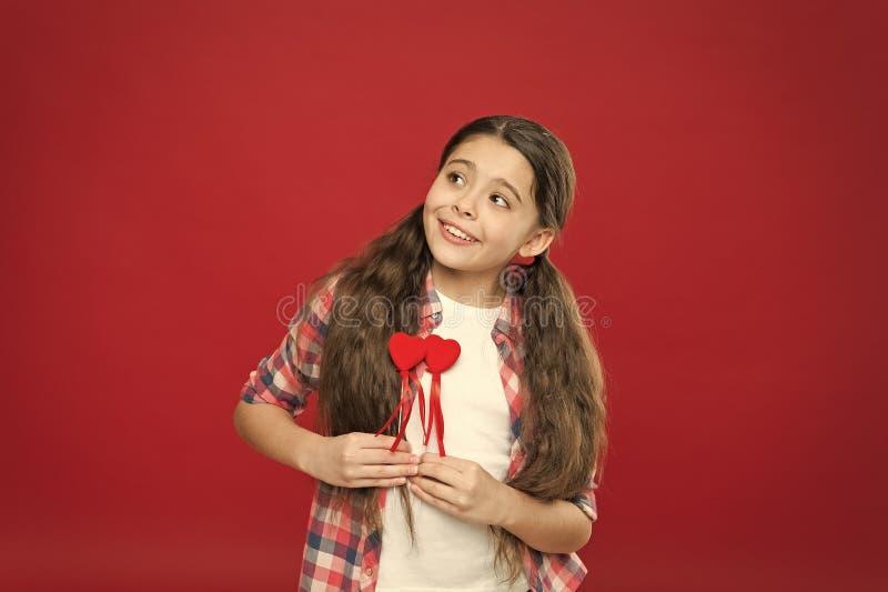 Czerwony kierowy atrybut valentine Kierowy prezent lub tera?niejszo?? Powitanie od szczerego serca Dziewczyny dziecka chwyta symb obraz stock