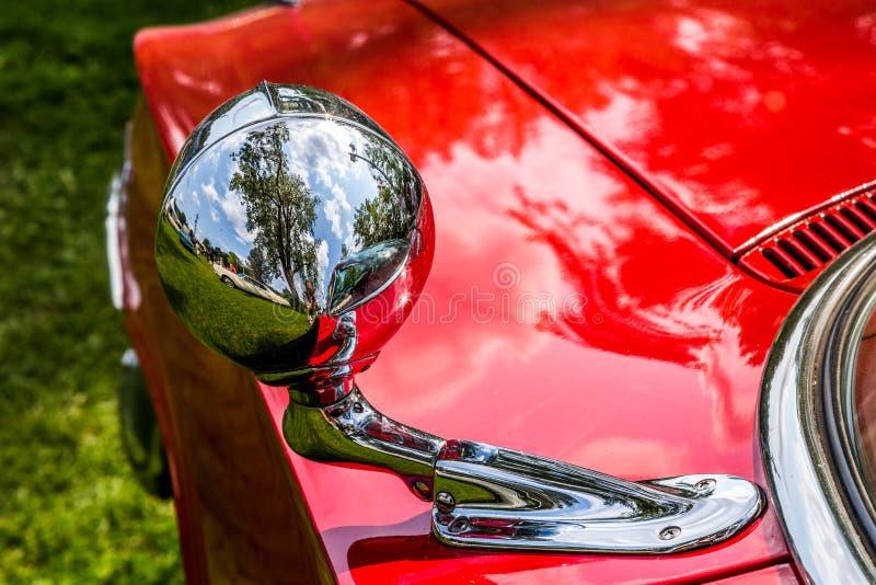 Czerwony klasyczny amerykański samochód - chromu projektor fotografia stock