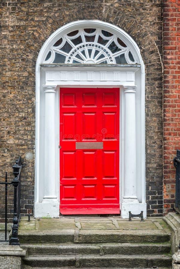 Czerwony klasyczny drzwi w Dublin, przykład georgian typowa architektura Dublin Irlandia obrazy royalty free