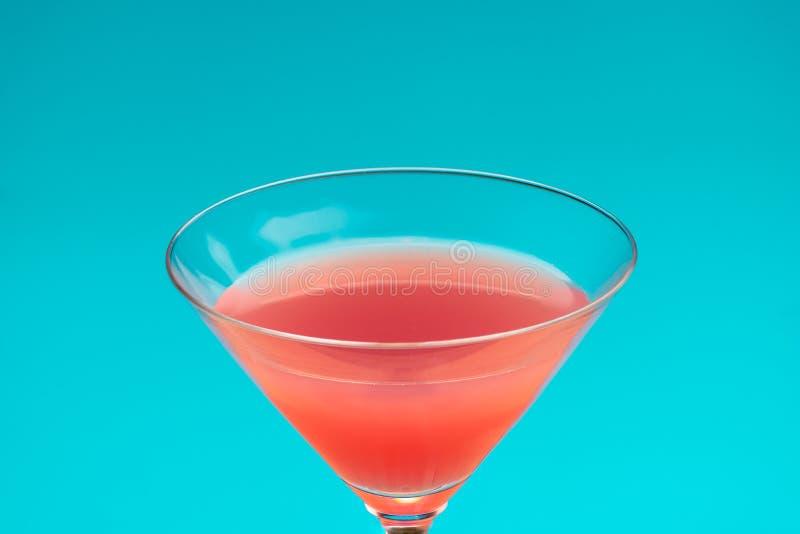 Czerwony koktajl na błękitnym tle odświeżający zimny napój i wakacje obraz royalty free