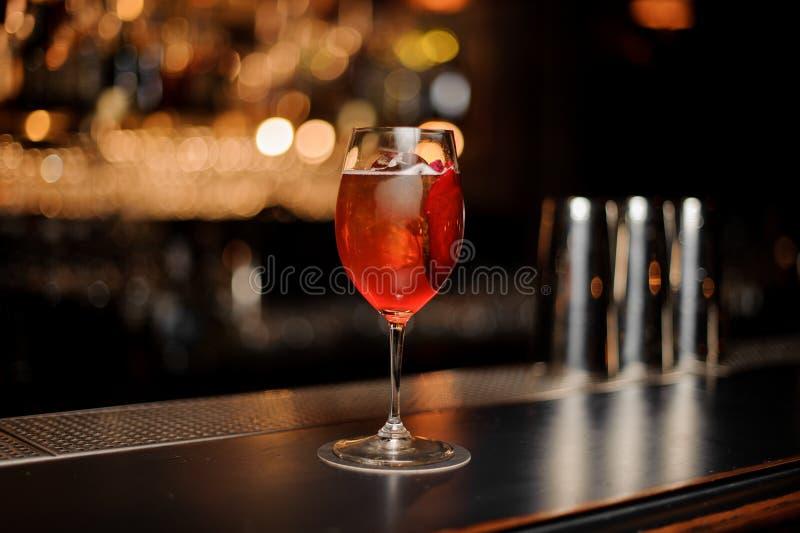 Czerwony koktajl w szkle na prętowym kontuarze zdjęcie royalty free