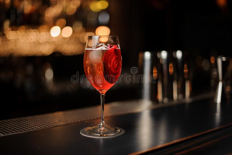 Czerwony koktajl w szkle na prętowym kontuarze obraz royalty free