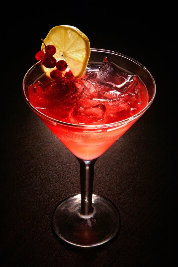 Czerwony koktajl z czerwonym rodzynkiem na czarnym stole fotografia royalty free