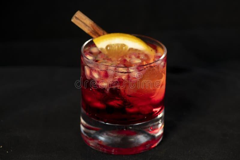 Czerwony koktajl z granatowem, cytryną i alkoholem, obraz royalty free