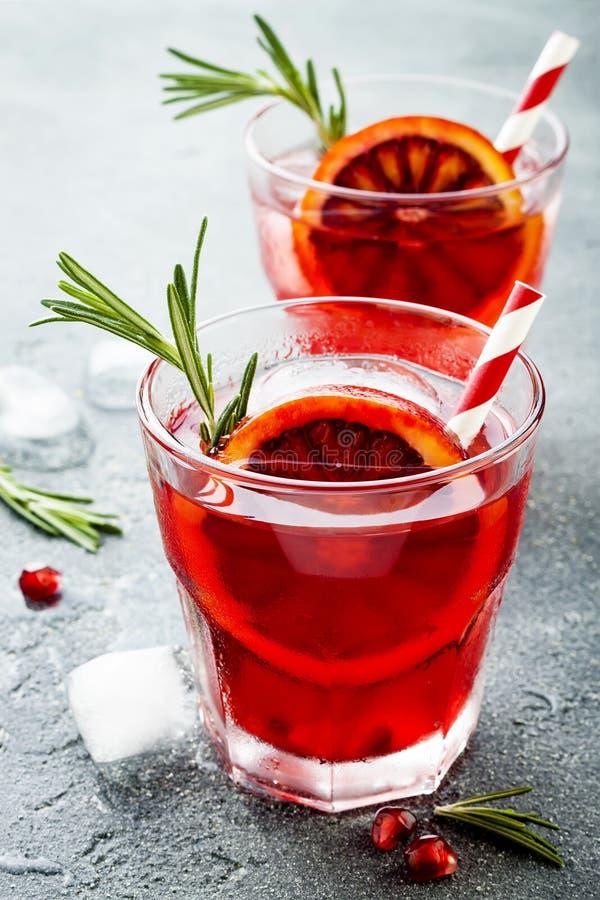 Czerwony koktajl z krwionośną pomarańcze i granatowem Odświeżający lato napój Wakacyjny aperitif dla przyjęcia gwiazdkowego zdjęcie stock