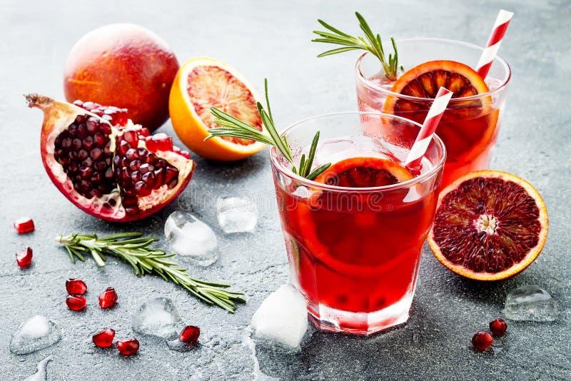 Czerwony koktajl z krwionośną pomarańcze i granatowem Odświeżający lato napój Wakacyjny aperitif dla przyjęcia gwiazdkowego obrazy royalty free