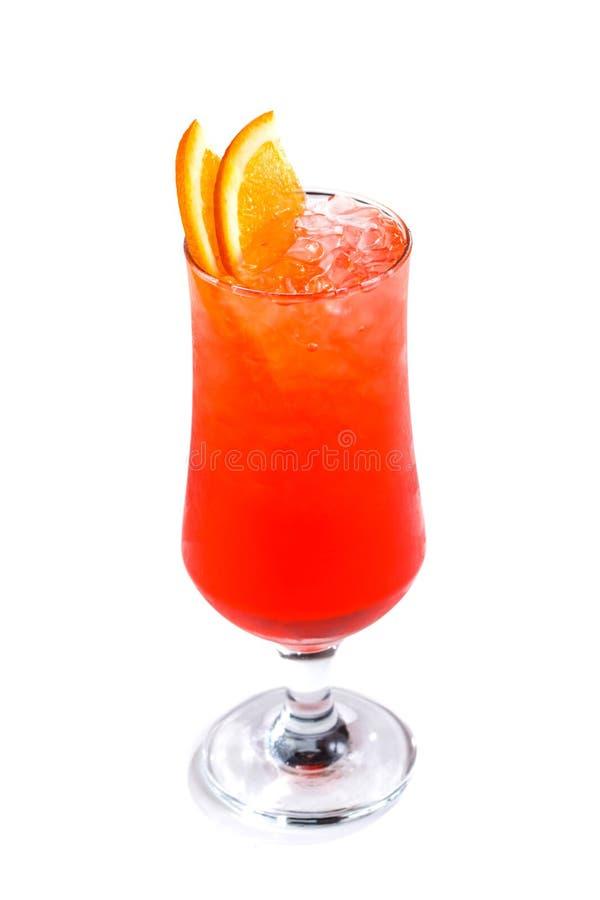Czerwony koktajl z lodem i pomarańcze w szkle na odosobnionym białym tle zdjęcia royalty free