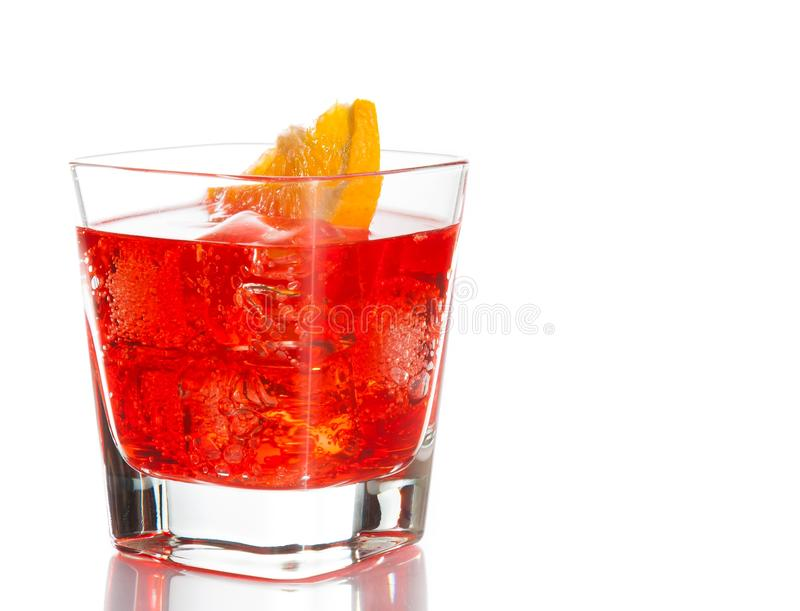 Czerwony koktajl z pomarańczowym plasterkiem odizolowywającym na białym tle zdjęcia stock