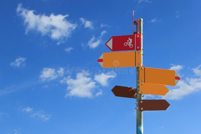 Czerwony kolor żółty i brew z rowerowym kierunku znakiem z pustymi przestrzeniami dla teksta fotografia royalty free