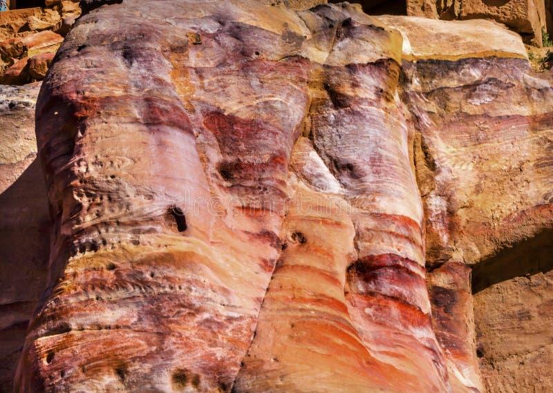 Czerwony kolor żółty Kołysa abstrakta Petra Jordania zdjęcia stock