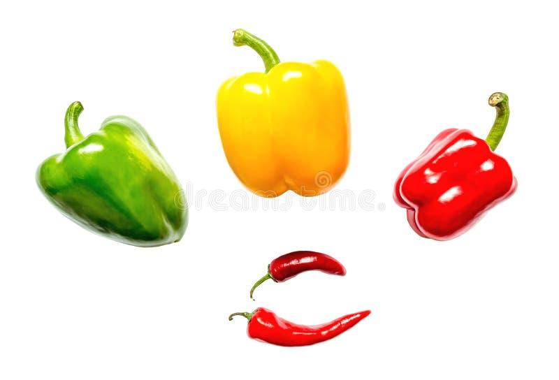 Czerwony kolor żółty, zieleni pieprze i chili w górę odosobnionego na białym tle obraz royalty free
