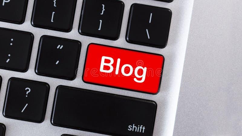 Czerwony komputerowy klawiatura guzik z teksta blogiem fotografia stock