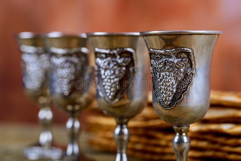 Czerwony koszerny wino cztery matzah lub matza Passover hagada na rocznika drewna tle obraz stock