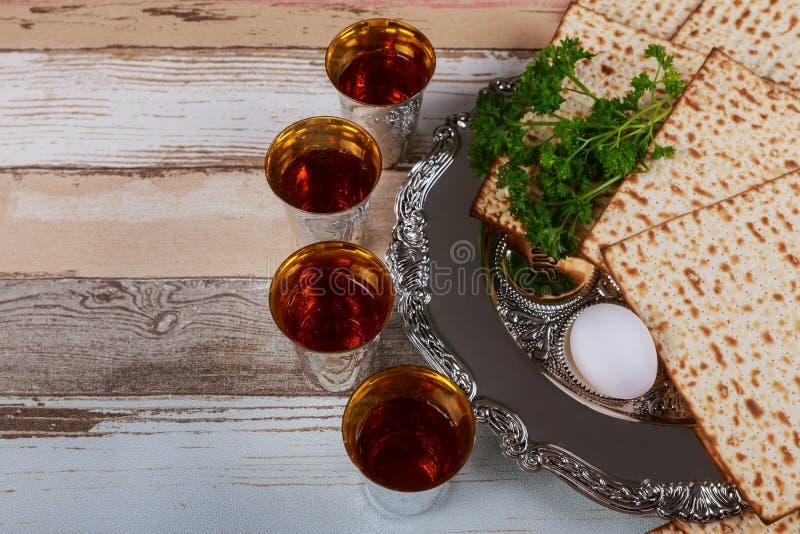 Czerwony koszerny wino cztery matzah lub matza Passover hagada zdjęcie royalty free