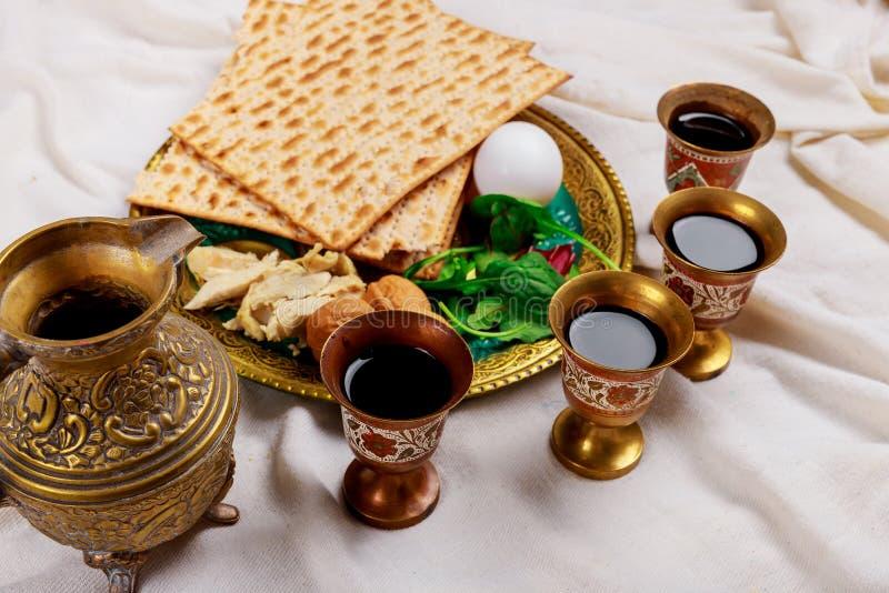 Czerwony koszerny wino cztery szk?a matzah lub matza Passover hagada fotografia royalty free