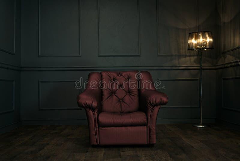 Czerwony krzesło w eleganckim ciemnym pokoju obrazy royalty free