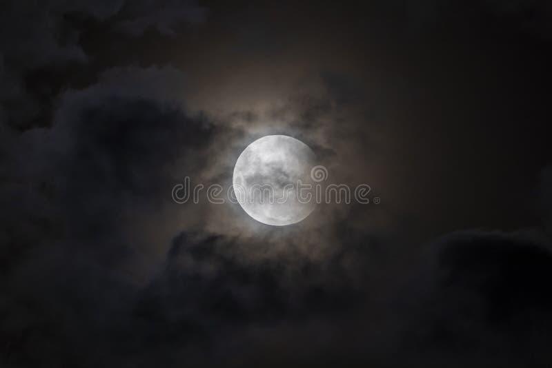 Czerwony księżyc w pełni zaćmienie od Santiago de Chile miasta, widok od południowej półkuli ten zadziwiający astronomiczny wydar zdjęcie royalty free