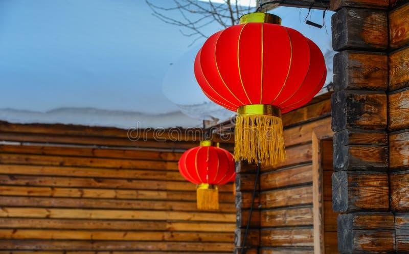 Czerwony lampion przy drewnianym domem obraz royalty free