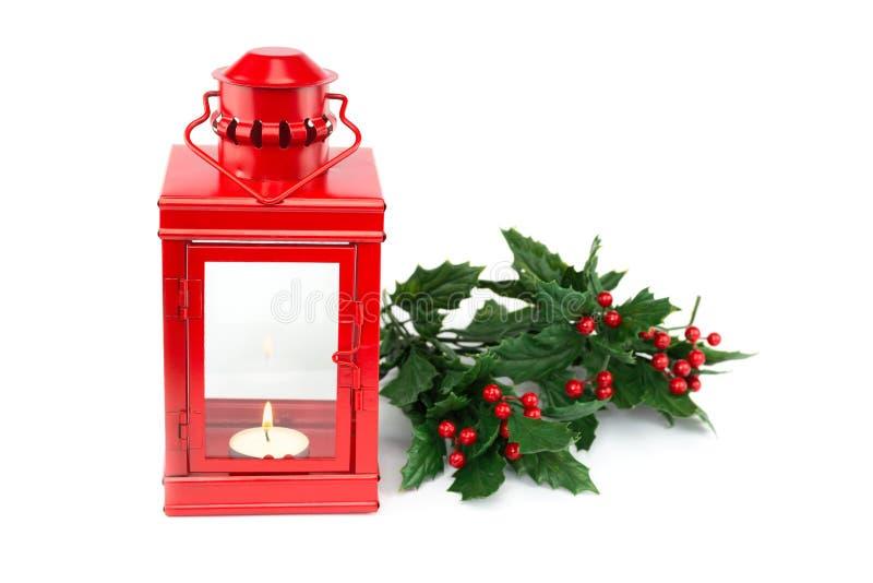 Czerwony lampion z tealight holly jagodami i gałązkami obrazy royalty free