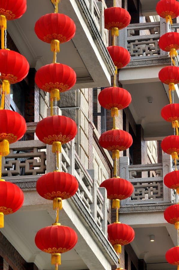 Czerwony latarniowy hangingon siedziby budynek obrazy stock