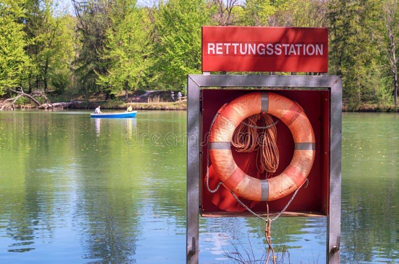 Czerwony Lifebelt jeziorem w Monachium, Niemcy zdjęcia stock