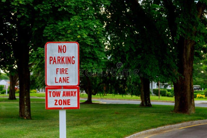 Czerwony listu bielu znak Żadny parking Podpisuje wewnątrz Pożarniczego pas ruchu obraz stock
