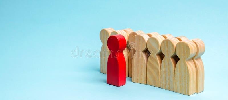 Czerwony mężczyzna wynika tłumu Wybierająca osoba wśród innych Utalentowany pracownik promocyjny Pojęcie rewizja dla pracownika _ zdjęcia royalty free