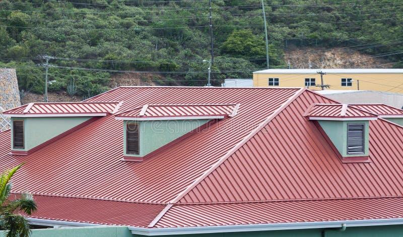 Czerwony metalu dach na Karaibskim budynku fotografia stock