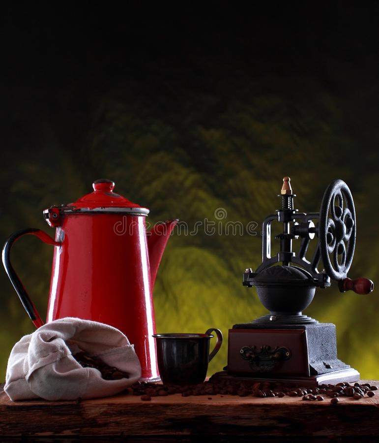 Czerwony metalu dzbanek i starego rocznika kawowy ostrzarz obraz stock