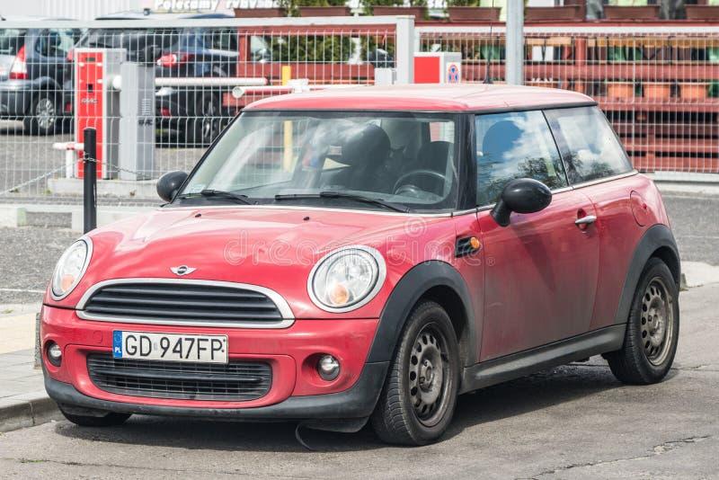 Czerwony Mini Cooper parkował zdjęcie stock