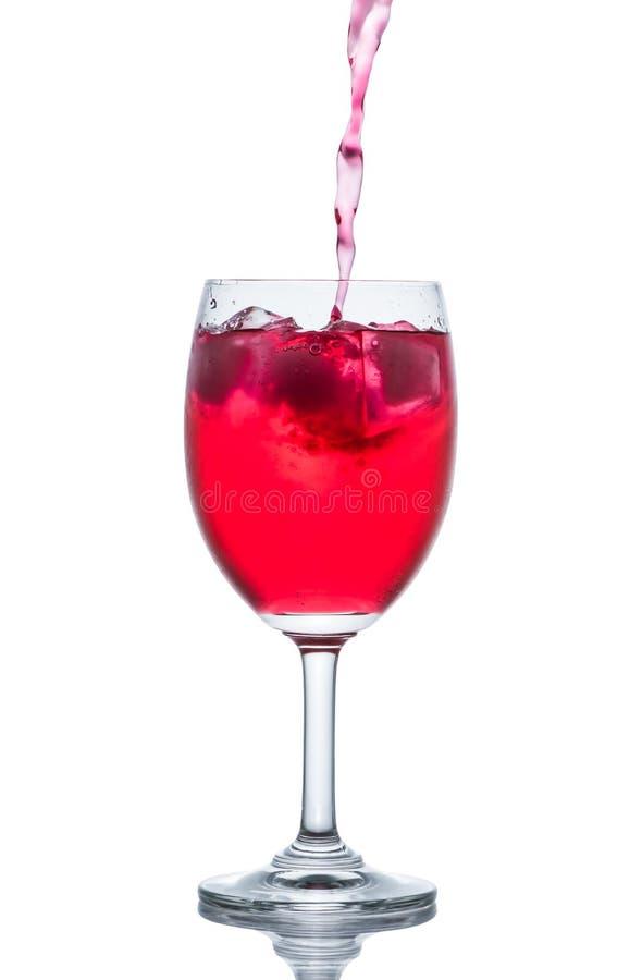 Czerwony napój z kostkami lodu w szkle, Czerwona soda w szklanym winie zdjęcie royalty free