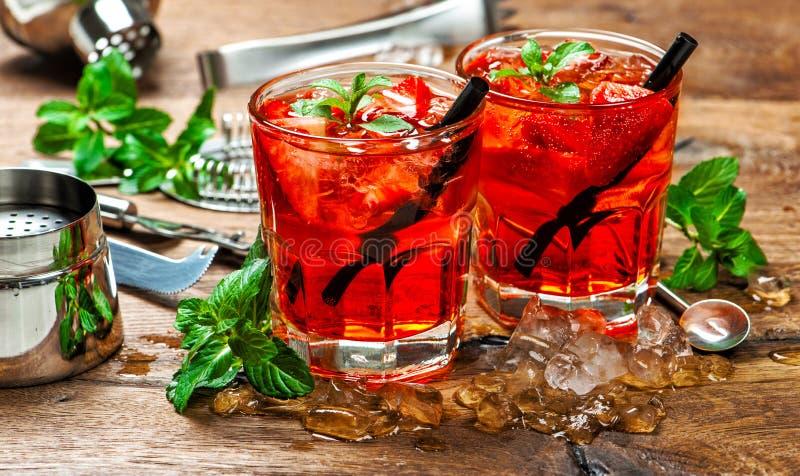 Czerwony napoju lód sok aperitif Koktajl robi barów narzędziom fotografia stock