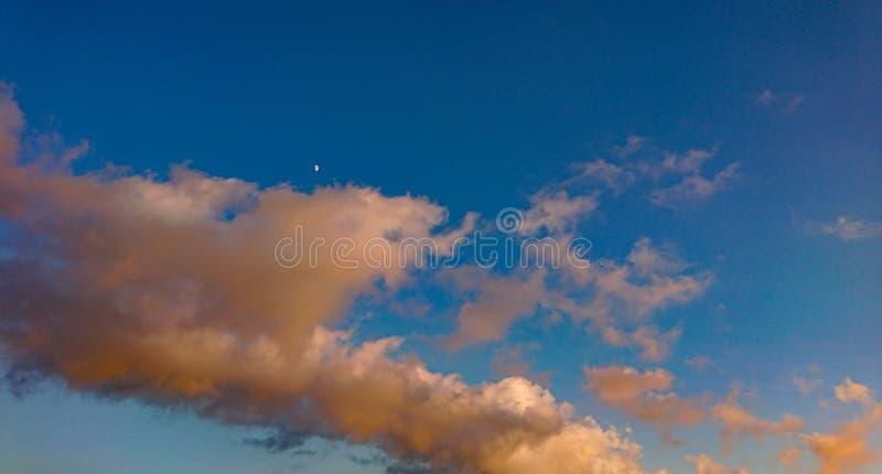Czerwony niebo, chmury I księżyc, zdjęcie royalty free