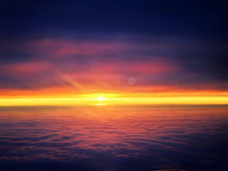 Czerwony niebo i słońce między chmurami obraz stock