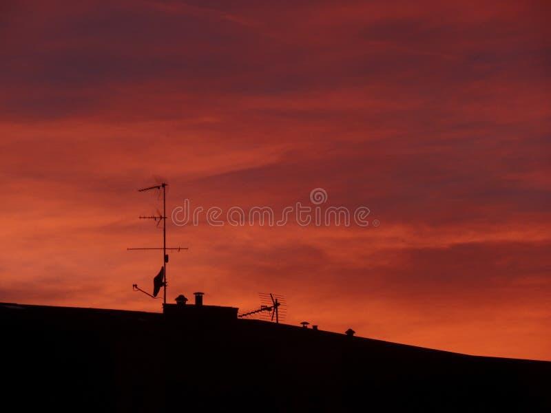Czerwony niebo nad dachami obraz royalty free