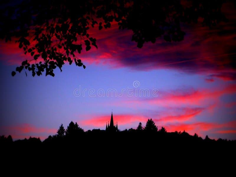 Czerwony niebo nad obserwaci wierza zdjęcie royalty free
